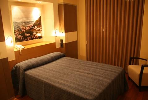 Isla nova hotel for Dormitorios colores calidos